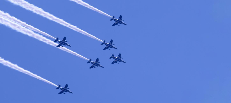 「真っ青な空に真っ直ぐ伸びた飛行機雲」のアイキャッチ画像