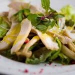 低温調理器で作る鶏胸肉とキノコのサラダ-白トリフオイル仕上げ-