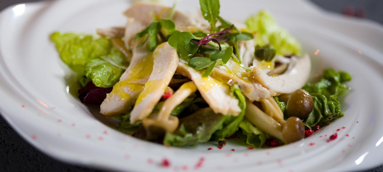「低温調理器で作る鶏胸肉とキノコのサラダ-白トリフオイル仕上げ-」のアイキャッチ画像